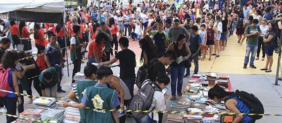 Feira de Livros recebe público recorde e distribui mais de 4 mil títulos à população
