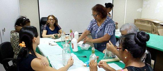 Oficina de educação ambiental ensina técnicas de reaproveitamento de garrafas de vidro e pet no Espaço Ecam Uai Shopping