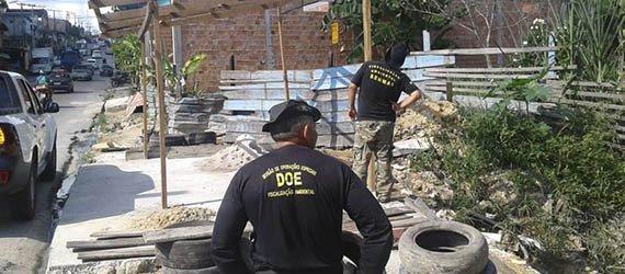 Fiscais retiram barraca construída em APP de igarapé no Monte das Oliveiras