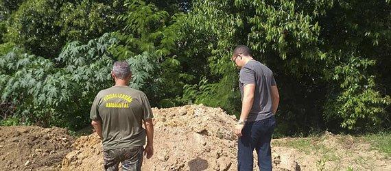 Fiscais flagram descarte de entulhos em área de preservação do igarapé dos Franceses